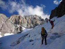 A l'approche sur le glacier du Brouillard, un chouilla écrasés par la multitude de tours d'éperons et autres paroi au-dessus de nos têtes!