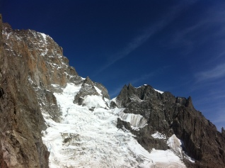 Le glacier du Brouillard surmonté par une partir de la face Sud du Mont blanc et l'arête de l'Innominata