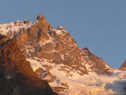 """Face Nord de la Meije au soleil couchant, et son """"Z"""" souligné par la neige"""