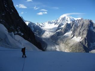 Reconnaissance du meilleur passage sur le glacier de la Charpoua avec en toile de fond le Mont Blanc