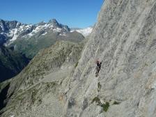 Un grimpeur apprécie les dalles de Visite Obligatoire