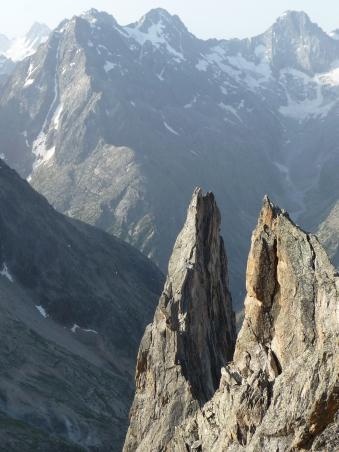 La voie normal de la Dib', surveillée par les austères faces Nord de la Grande Aiguille de la Bérarde (à gauche) et de la Cime du Vallon des Etages (à droite)