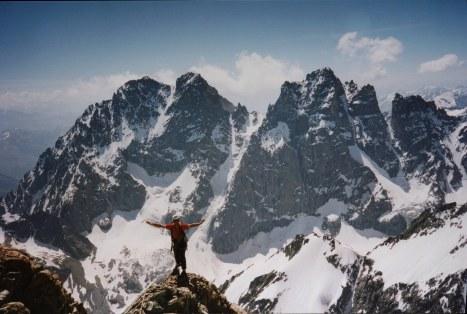 Grimpe au soleil face au chapelet des faces Nord du Glacier Noir : Pelvoux, Pic Sans Nom, Pic du Coup de Sabre