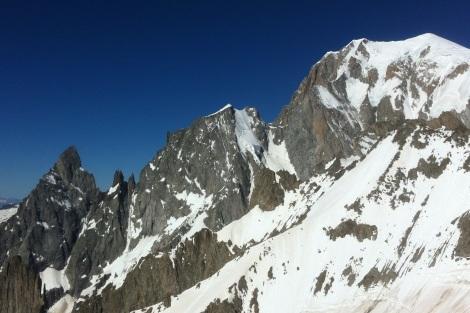 L'arête interminable de Peuterey mène droit au Mont Blanc de Courmayeur