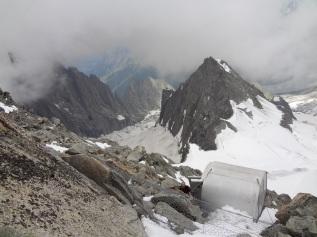 Le bivouac Eccles du haut, déjà bien haut au-dessus des glaciers du Fréney (à gauche) et du Brouillard (à droite)