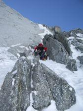 Arthur cherche à se protéger au rocher lors de cette ascension hivernale